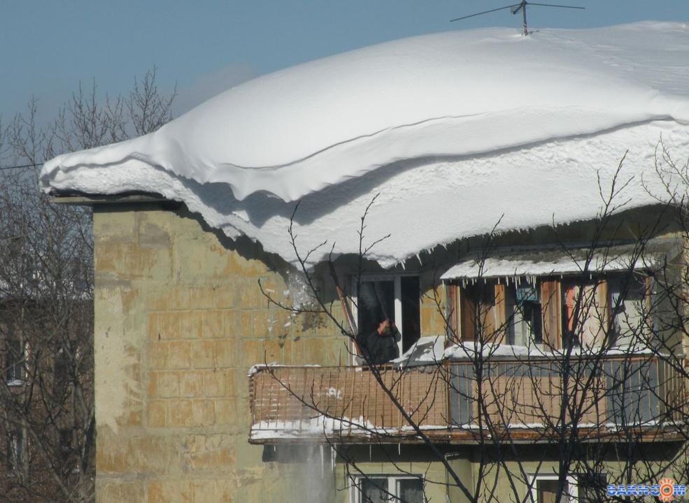 Самоволная установка крышы на балконе , падают сосульки.