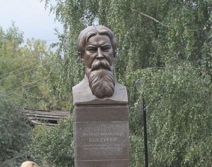 Памятник с сердцем Санчурск Цоколь резной из габбро-диабаза Каменногорск