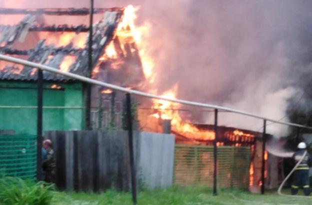 Огонь распространился из-за сильного ветра: в Сосновке загорелись два дома и хозпостройки