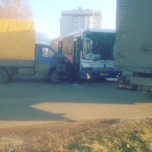 ВКирове столкнулись «ГАЗель» ипассажирский автобус