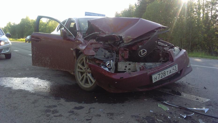 ВКирове наПобедиловском тракте «Лексус» врезался вавтобус