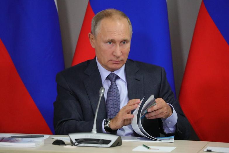 Ручки к бою. Кто как и зачем собирает в Кирове подписи в поддержку Путина Собчак и Явлинского